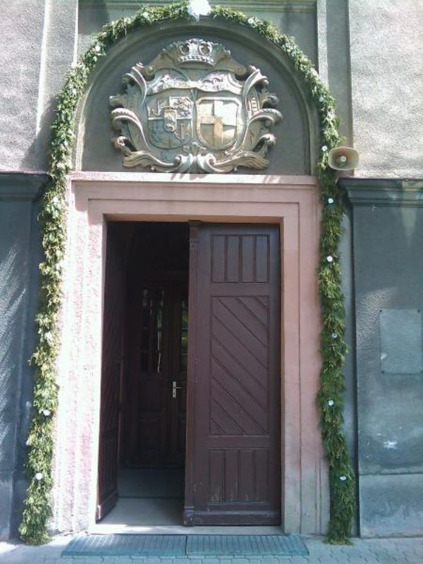 Wejście do kościoła z herbem Kotulińskich