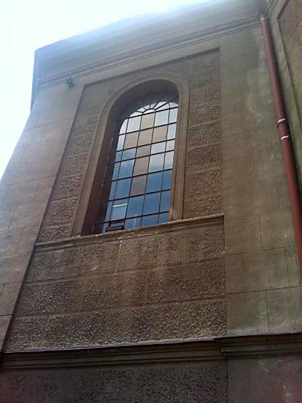 Ściana kościoła z łuską pocisku